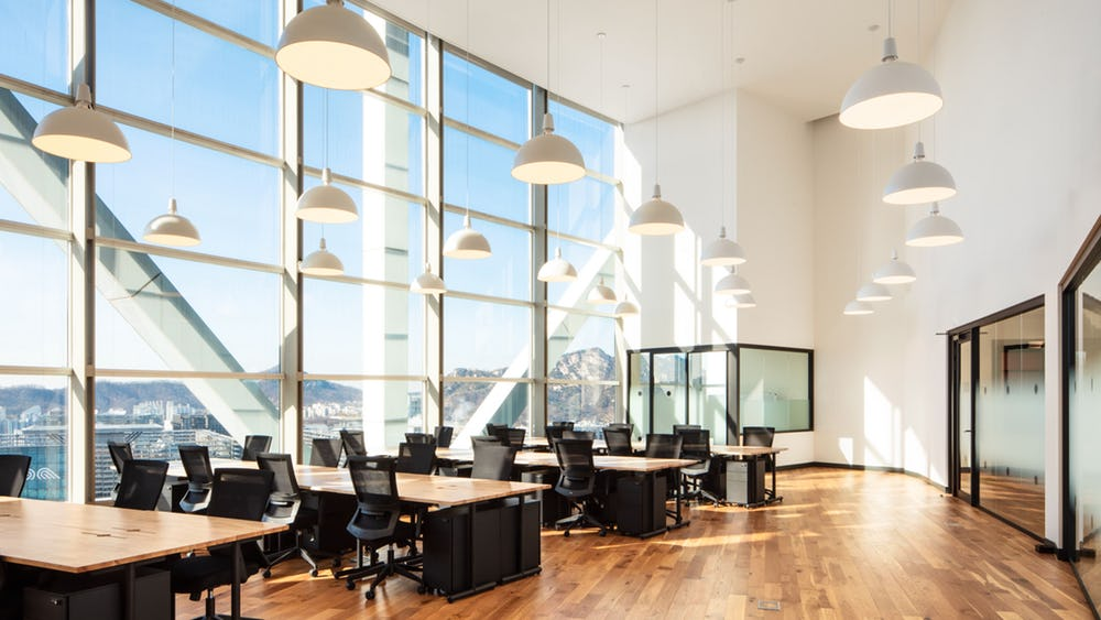 What are the key benefits of serviced offices?